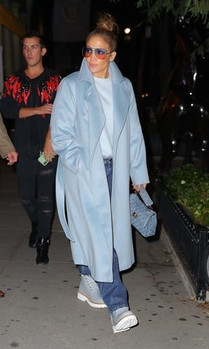 Jennifer Lopez convierte el azul en tendencia este otoño