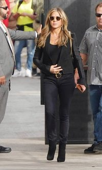 Jennifer Aniston deslumbra en un look total black de lo más casual