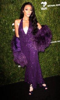 Winnie Harlow con vestido púrpura al más puro estilo Hollywood