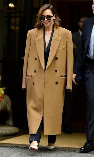 El atrevimiento oversized de Emilia Clarke