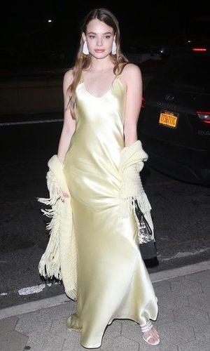 Kristine Froseth y el vestido amarillo satín más elegante