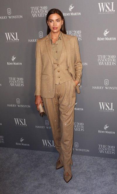 Irina Shayk tiene el traje camel con brillos perfecto para la noche