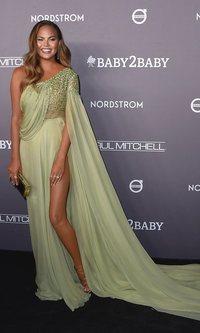 Chrissy Teigen se convierte en la invitada perfecta gracias al color verde