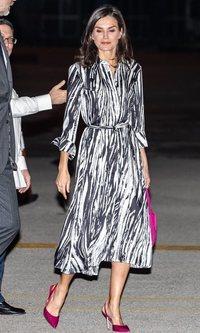 La Reina Letizia apuesta por el animal print de cebra para su llegada a Cuba