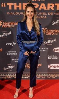 Vanessa Romero tiene el mono azul de seda más elegante