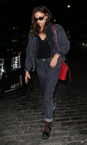 Irina Shayk triunfa con un look denim total black