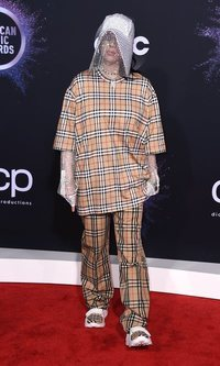 Billie Eilish en los AMAs 2019 y el look Burberry más Burberry de una alfombra roja