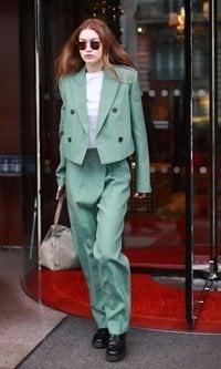 Gigi Hadid reinventa el dos piezas en color pistacho