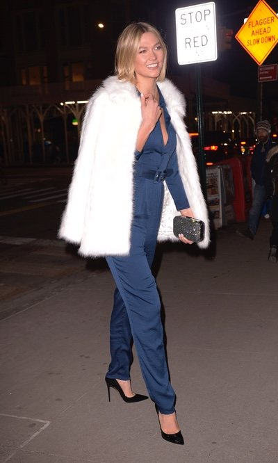 Karlie Kloss arrasa en su último look con un abrigo de pelo blanco