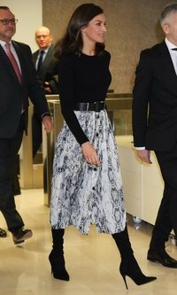 La Reina Letizia y la falda de Zara con estampado de serpiente para arrasar en invierno