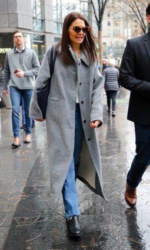 Katie Holmes da la bienvenida al invierno con un look effortless
