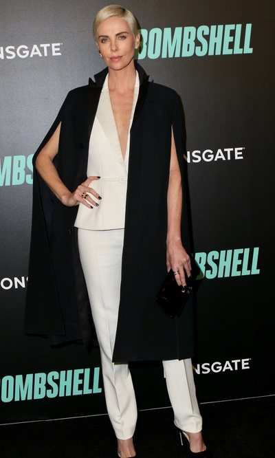 Charlize Theron reinventa el dos piezas blanco y arrasa en la alfombra roja