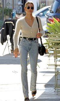 Hailey Baldwin combina lana, cuero y jeans