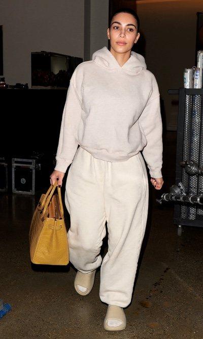 Kim Kardashian opta por el blanco y luce un look franela algo inquietante