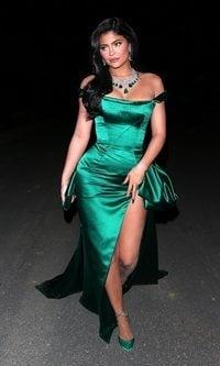 Kylie Jenner deslumbra con un vestido verde esmeralda