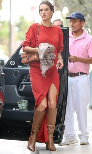 El look total rojo de Alessandra Ambrosio para Navidad