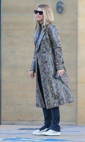 Trench de estampado serpiente: el último abrigo de Sofia Richie