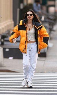 Emily Ratajkowski combina prendas de invierno y verano en su último look