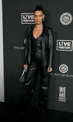 Bella Hadid viste el total look black en su versión cuero más sexy