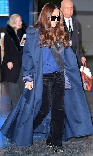 Salma Hayek combina tejidos y prendas oversized