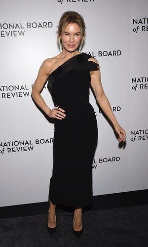 Renée Zellweger presume de figura con un vestido negro