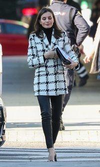 La Reina Letizia retoma su agenda con un look black & white