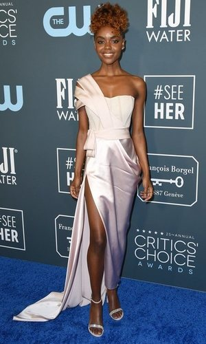 Ashleigh Murray arriesga con un total look satinado