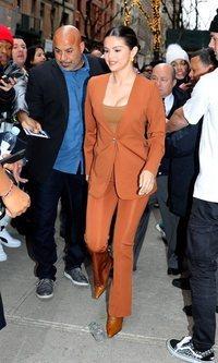 Selena Gomez apuesta todo al naranja