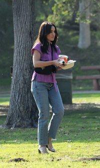 El street style de Vanessa Hudgens para pasear a su mascota