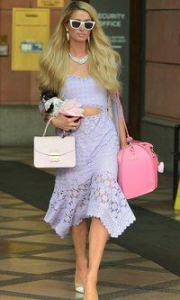 Paris Hilton sorprende con un total look lila en Los Ángeles