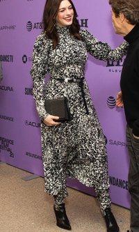 Anne Hathaway arriesga con el animal print
