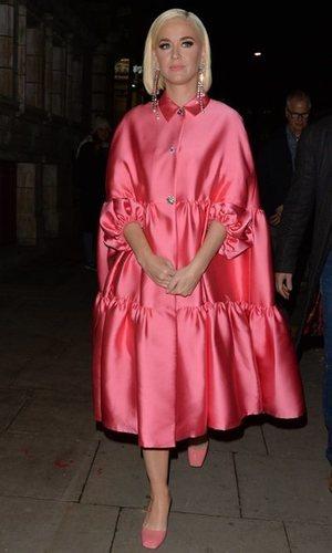 Katy Perry rompedora con un maxi vestido satinado