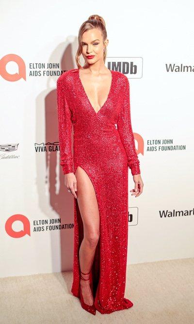 Josephine Skriver presume de figura con su vestido rojo