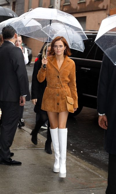 Zoey Deutch con un ideal total look 'amberglow', el color de la temporada