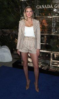 Kate Upton luce el traje más trendy de la temporada