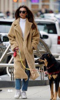 Emily Ratajkowski apuesta por el abrigo 'teddy'