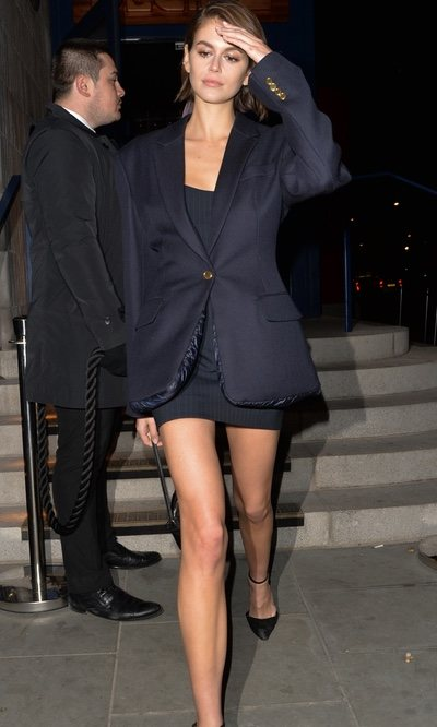 Kaia Gerber luce un total look black de 10
