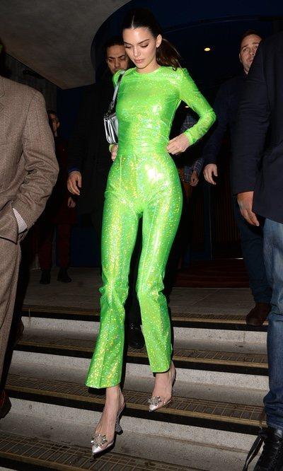 Kendall Jenner se suma a la tendencia flúor