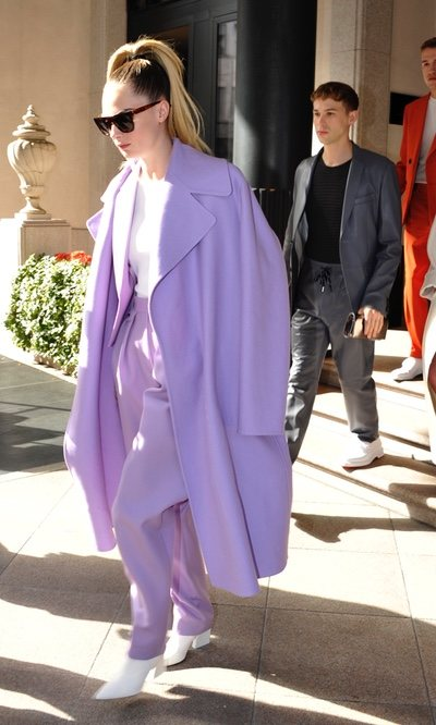 El total look lila de Cara Delevingne