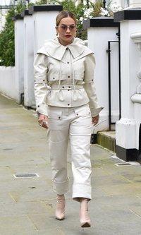 El traje más original lo luce Rita Ora