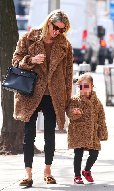 Nicky Hilton y su hija lucen el clásico teddy coat