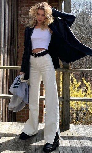 Los pantalones beige son los nuevos pantalones blancos, palabra de Elsa Hosk