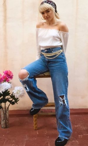 El look boho de Alba Reche para dar un concierto desde su casa