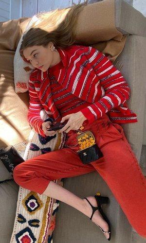 El total look de Chanel de Gigi Hadid para jugar a la videoconsola durante la cuarentena