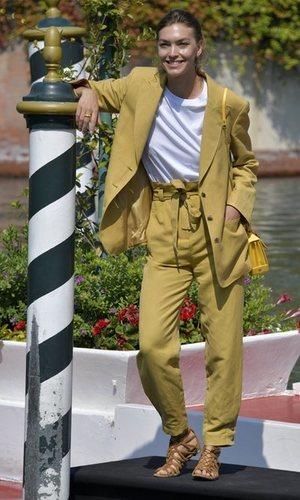 El look effortless de Arizona Muse en Venecia perfecto para la vuelta a la oficina