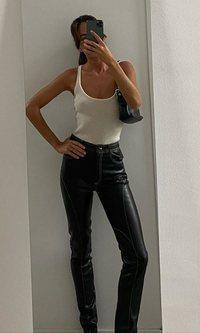Nina Urgell apuesta por los pantalones básico de esta temporada: los de polipiel