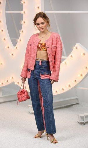 Lily Rose Depp demuestra que el tweed de Chanel nunca pasa de moda