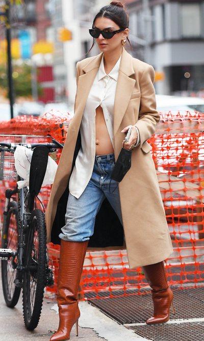 La particular forma de Emily Ratajkowski de presumir de barriga de embarazada