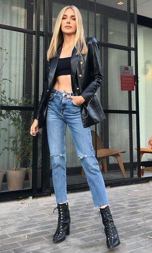 El look de Alex Saint: Jeans y efecto piel, el dúo que nunca falla