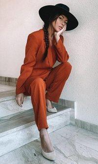 El traje color teja de Melyssa Pinto que no sabías que querías